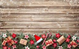 Κλάδοι δέντρων του FIR με τα ημερολογιακά αστέρια εμφάνισης και τα κιβώτια δώρων Στοκ φωτογραφίες με δικαίωμα ελεύθερης χρήσης