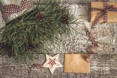 Κλάδοι και κώνοι πεύκων, δώρο τεχνών και κενή τοπ άποψη καρτών του τ Στοκ Φωτογραφία