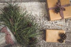 Κλάδοι και κώνοι πεύκων, δώρο τεχνών και κενή τοπ άποψη καρτών του τ Στοκ Εικόνα