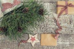 Κλάδοι και κώνοι πεύκων, δώρο τεχνών και κενή τοπ άποψη καρτών του τ Στοκ Εικόνες