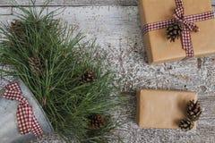 Κλάδοι και κώνοι πεύκων, δώρο τεχνών και κενή τοπ άποψη καρτών Στοκ φωτογραφία με δικαίωμα ελεύθερης χρήσης