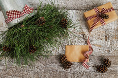 Κλάδοι και κώνοι πεύκων, δώρο τεχνών και κενή τοπ άποψη καρτών Στοκ φωτογραφίες με δικαίωμα ελεύθερης χρήσης