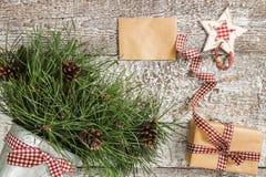 Κλάδοι και κώνοι πεύκων, δώρο τεχνών και κενή τοπ άποψη καρτών Στοκ Εικόνες