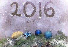 Κλάδοι χριστουγεννιάτικων δέντρων, παιχνίδια Χριστουγέννων και προσκρούσεις Στοκ Φωτογραφία