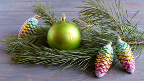 Κλάδος έλατου σφαιρών Χριστουγέννων στοκ εικόνες
