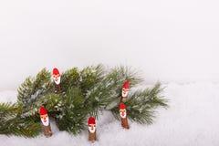 Κλάδος έλατου Χριστουγέννων με Άγιο Βασίλη στο χιόνι Στοκ εικόνες με δικαίωμα ελεύθερης χρήσης