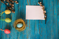 Κλάδος ιτιών ανθοδεσμών και αυγά Πάσχας σε έναν ξύλινο πίνακα Στοκ εικόνα με δικαίωμα ελεύθερης χρήσης