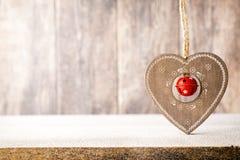 Κλάδος και ντεκόρ έλατου Χριστουγέννων, στο ξύλινο υπόβαθρο Στοκ εικόνες με δικαίωμα ελεύθερης χρήσης