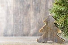 Κλάδος και ντεκόρ έλατου Χριστουγέννων, στο ξύλινο υπόβαθρο Στοκ φωτογραφία με δικαίωμα ελεύθερης χρήσης