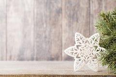 Κλάδος και ντεκόρ έλατου Χριστουγέννων, στο ξύλινο υπόβαθρο Στοκ Φωτογραφίες