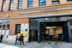 Κλάδος της La Poste και στέλνοντας είσοδος πλατφορμών δεμάτων στο hea Στοκ Φωτογραφία