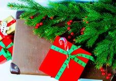 Κλάδος του FIR και κιβώτιο δώρων στο ξύλινο υπόβαθρο Στοκ εικόνα με δικαίωμα ελεύθερης χρήσης
