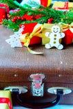 Κλάδος του FIR και κιβώτιο δώρων στο ξύλινο υπόβαθρο Στοκ Φωτογραφίες