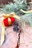 Κλάδος του FIR και κιβώτιο δώρων στο ξύλινο υπόβαθρο Στοκ Φωτογραφία