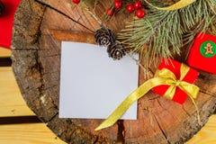Κλάδος του FIR και κιβώτιο δώρων στο ξύλινο υπόβαθρο Στοκ φωτογραφία με δικαίωμα ελεύθερης χρήσης