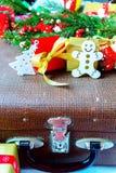 Κλάδος του FIR και κιβώτιο δώρων στο ξύλινο υπόβαθρο Στοκ Εικόνες