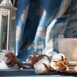 Κλάδος των λουλουδιών βαμβακιού με ένα φλιτζάνι του καφέ Στοκ Εικόνα