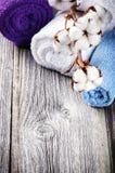 Κλάδος των ώριμων καρύων βαμβακιού στις πολύχρωμες πετσέτες λουτρών Στοκ Εικόνες