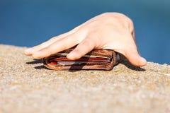 Κλέφτης ατόμων που βρίσκει το πορτοφόλι κλέβοντας το Στοκ Εικόνες