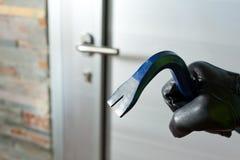 Κλέφτης με έναν φραγμό του σιδήρου Στοκ φωτογραφίες με δικαίωμα ελεύθερης χρήσης