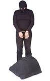 Κλέφτης με το σάκο που δένεται με χειροπέδες Στοκ εικόνα με δικαίωμα ελεύθερης χρήσης
