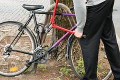 Κλέφτης που σπάζει την κλειδαριά ποδηλάτων Στοκ φωτογραφία με δικαίωμα ελεύθερης χρήσης