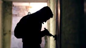 Κλέφτης που χαράσσει την κλειδαριά απόθεμα βίντεο