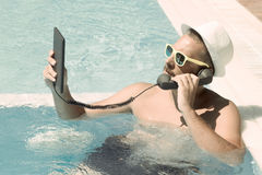 Κλήση μέσω του Διαδικτύου από μια πισίνα Στοκ Εικόνες