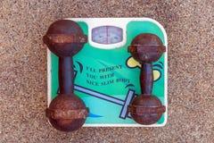 Κλίμακα βάρους με τον αλτήρα Στοκ φωτογραφία με δικαίωμα ελεύθερης χρήσης