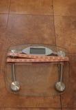 Κλίμακα για να ελέγξει το βάρος με μια μετρώντας ταινία Στοκ Φωτογραφία