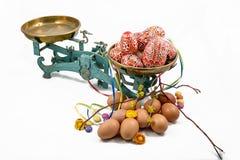 Κλίμακες κουζινών και αυγά Πάσχας Στοκ Εικόνες