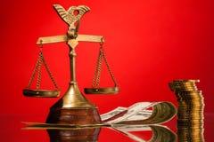 κλίμακες της δικαιοσύνης και των χρημάτων Στοκ Εικόνα