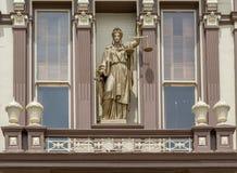 Κλίμακες της δικαιοσύνης στο δικαστήριο κομητειών ορόφων Στοκ Φωτογραφίες