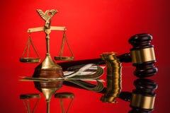 Κλίμακες gavel και των χρημάτων δικαιοσύνης Στοκ Φωτογραφίες