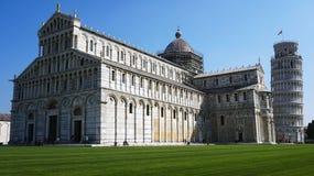 Κλίνοντας πύργος και καθεδρικός ναός της Σάντα Μαρία Assunta στο dei Miracoli πλατειών γνωστό επίσης ως Piazza del Duomo, Πίζα, Ι Στοκ Εικόνα