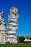 Κλίνοντας πύργος της Πίζας στην Ιταλία με το μπλε ουρανό Στοκ Εικόνα