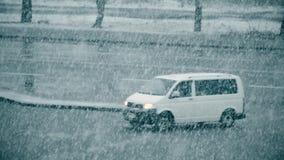 Κλίνοντας χιόνι που αφορά το υπόβαθρο του θολωμένου δρόμου απόθεμα βίντεο