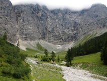 Κλίσεις βράχων σε λόφο στα ογκώδη βουνά Στοκ Εικόνες