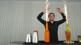 Κλίσεων παρουσιάζει με bartender που χτυπά τα χέρια και που ρίχνει τα μπουκάλια φιλμ μικρού μήκους