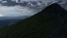 Κλίση από την κορυφή βουνών κάτω στο δρόμο με πολλ'ες στροφές απόθεμα βίντεο