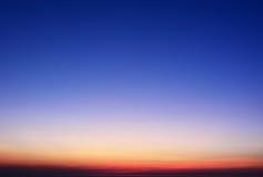 Κλίση ουρανού ηλιοβασιλέματος σύντομων χρονογραφημάτων από το κόκκινο στο πορτοκάλι Στοκ Εικόνες