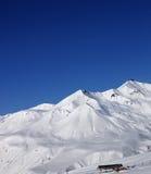 Κλίση σκι στη συμπαθητική ηλιόλουστη ημέρα Στοκ φωτογραφίες με δικαίωμα ελεύθερης χρήσης