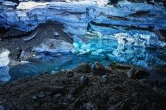 Κλίση του βουνού με την αντανάκλαση στο νερό μέσα σε μια φανταστική σπηλιά Kungur στα Ουράλια στοκ εικόνες