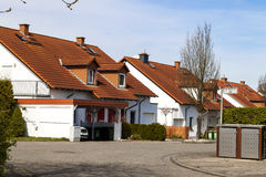 Κλασικά γερμανικά κατοικημένα σπίτια με τα πορτοκαλιά κεραμίδια υλικού κατασκευής σκεπής και Στοκ φωτογραφίες με δικαίωμα ελεύθερης χρήσης