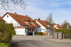 Κλασικά γερμανικά κατοικημένα σπίτια με τα πορτοκαλιά κεραμίδια υλικού κατασκευής σκεπής και Στοκ Φωτογραφία