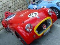 Κλασικά εκλεκτής ποιότητας αγωνιστικά αυτοκίνητα - κόκκινο & μπλε Στοκ Εικόνες