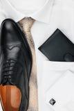 Κλασικά εξαρτήματα ατόμων: πουκάμισο, δεσμός, παπούτσια, ως σκηνικό στοκ φωτογραφία