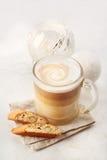 Κλασικά Biscotti και Latte Macchiato Στοκ Εικόνα