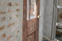 Κλασική λαβή πορτών με την ξύλινη πόρτα Στοκ φωτογραφίες με δικαίωμα ελεύθερης χρήσης