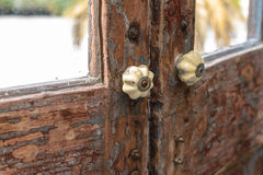 Κλασική λαβή πορτών με την ξύλινη πόρτα Στοκ φωτογραφία με δικαίωμα ελεύθερης χρήσης